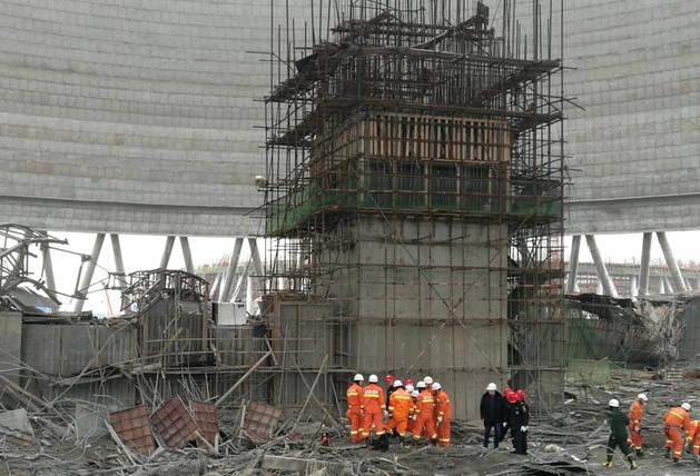 La torre de enfriamiento de la planta de energía en construcción, tras derrumbarse.