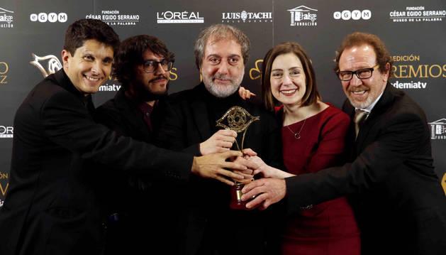 El equipo de guionistas de la serie 'El Ministerio del Tiempo' posa con el premio al Mejor Guión.