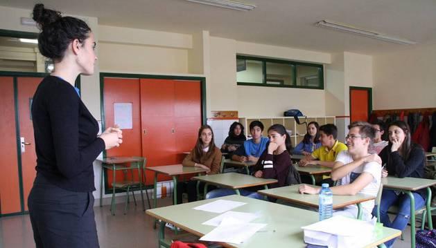 Alumnos de 4º de ESO del IESO Reyno de Navarra de Azagra escuchan a la periodista Sandra Iraizoz, en un taller sobre relaciones personales.