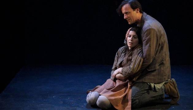 Laia Marull, encarnando a Nawal en su adolescencia, en una escena junto a Edu Soto.