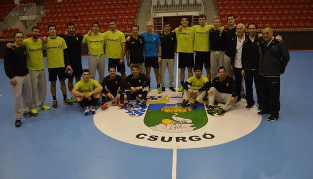 La plantilla del Helvetia Anaitasuna después del entrenamiento de ayer en el pabellón Lászlo Sótonyi de Csurgó, donde disputa hoy la vuelta de la eliminatoria de EHF Cup.