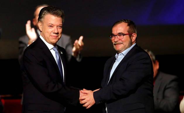 El presidente de Colombia, Juan Manuel Santos, y el líder de las FARC, Rodrigo Londoño 'Timochenko', tras firmar el nuevo acuerdo de paz.
