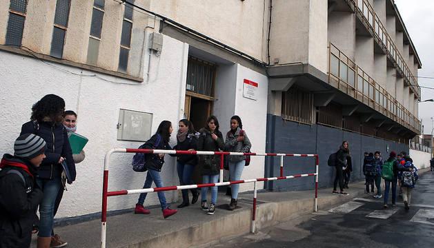 Alumnos de primer ciclo de ESO salen del edificio donde acuden a clase en Castejón.