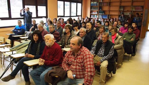 Un centenar de vecinos asistieron a la presentación del libro en el colegio.