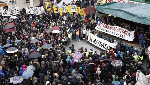 Autoridades y vecinos se concentraron contra las detenciones de vecinos de la localidad.