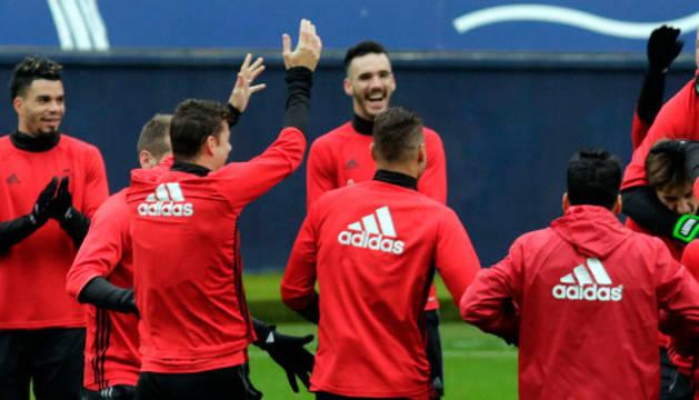 Imagen de los jugadores de Osasuna bromean durante los momentos previos al entrenamiento que se celebró ayer a puerta cerrada en el estadio de El Sadar.