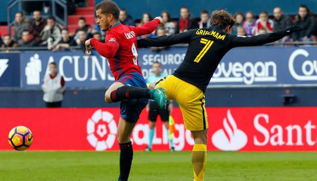 Goran Causic disputa un balón con Antoine Griezmann durante el encuentro.