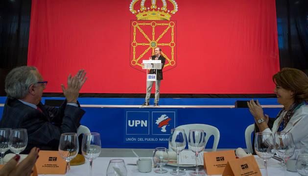 El presidente de UPN, Javier Esparza,  pronunció su discurso delante de una enorme bandera de Navarra. En la imagen, Sanz y Barcina le aplauden.