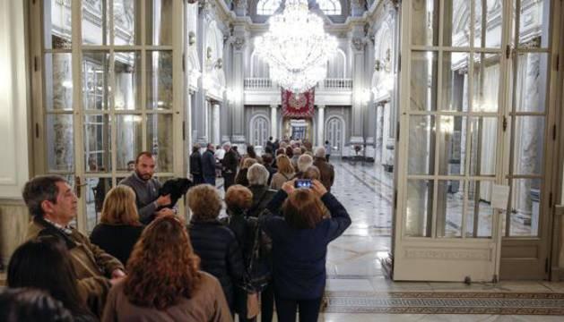 Largas colas para entrar en el Salón de Cristal del Ayuntamiento de Valencia para firmar en los libros de condolencias de Barberá.