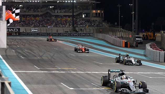 Hamilton, Rosberg, Vettel y Verstappen cruzan la línea de meta.