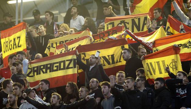 Aficionados del Atlético de Madrid durante el partido del domingo en El Sadar