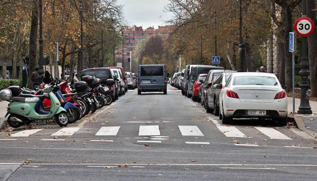 Motocicletas y vehículos aparcados en la zona azul en la calle Bosquecillo.