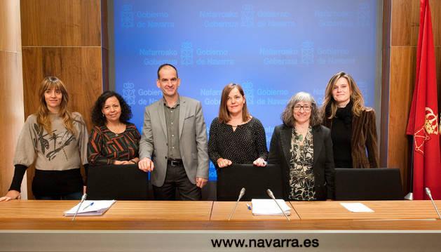 Foto de Gema Mañú y Luis Esáin junto a representantes de las entidades sociales que han participado en el grupo de trabajo.