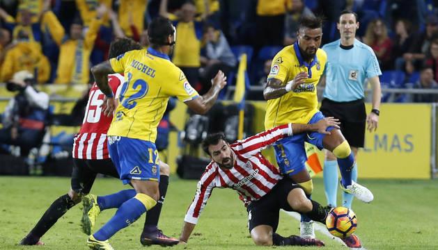 Boateng supera a Balenciaga en el partido disputado este lunes.