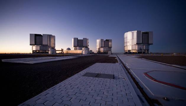 Las siluetas de los cuatro integrantes del telescopio VLT del observatorio de Paranal.