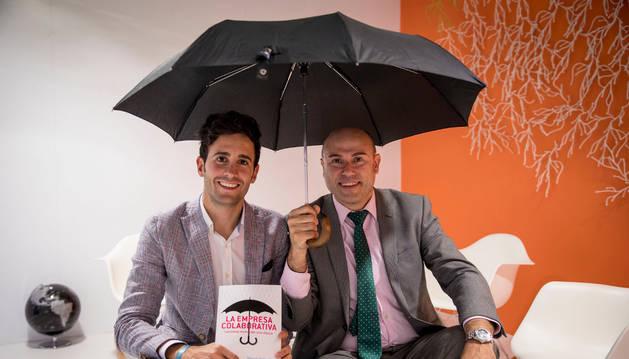 A la izquierda, Adrián Miranda junto a Manuel Alonso, autores de La empresa colaborativa.