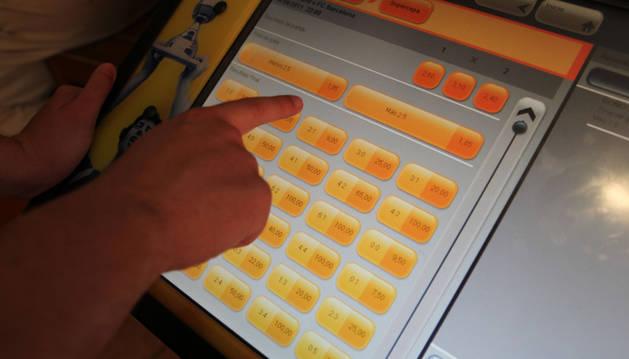 Una persona señala su apuesta en una máquina.