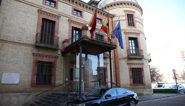 Tras decretar dos días de luto, la sede de la Comunidad de las Bardenas, en Tudela, lució crespones negros en las banderas.