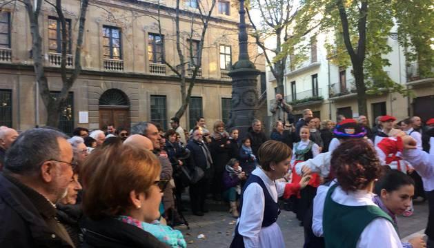Varias generaciones de la peña Muthiko bailan en el Casco Antiguo de Pamplona