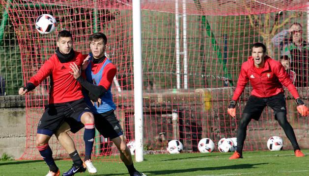 Sergio León protege la pelota ante David García y la mirada de Mario. Los tres se perfilan como titulares en Granada.
