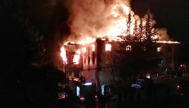 Los  bomberos tratan de controlar un incendio en una escuela en Adana, al sur de Turquía