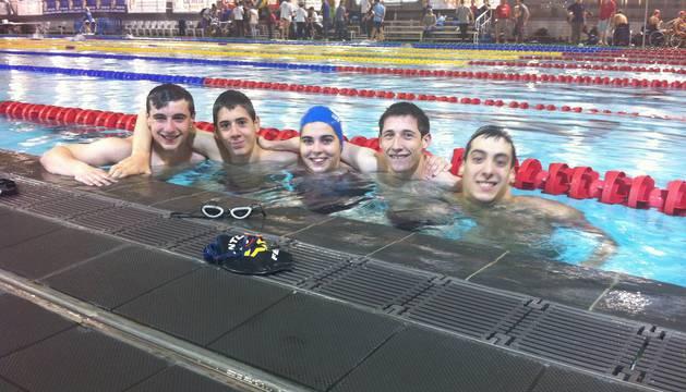 Gustavo Martínez, el primero por la izquierda, junto con Adur Mendívi, a su derecha, en la piscina junto con tres compañeros más durante una competición reciente.