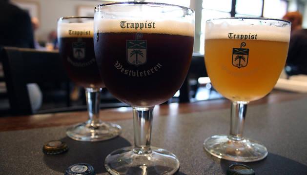 Dos de las cervezas que fabrican los monjes trapenses belgas.
