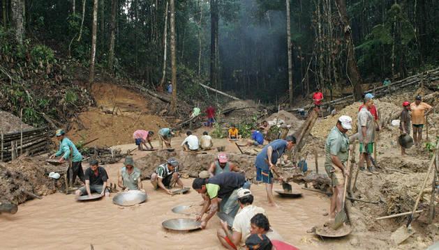 Imagen de los buscadores de oro trabajan a orillas de rio Juma, a unos 453 kilómetros al sur de Manaos, capital de la Amazonía brasileña, en 2007.
