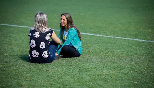 Imagen de la esposa del jugador William Thiego (d) participa este miércoles en una vigilia por las víctimas en el accidente aéreo en el que fallecieron miembros del equipo, en el estadio Arena Conda en Chapeco (Brasil).