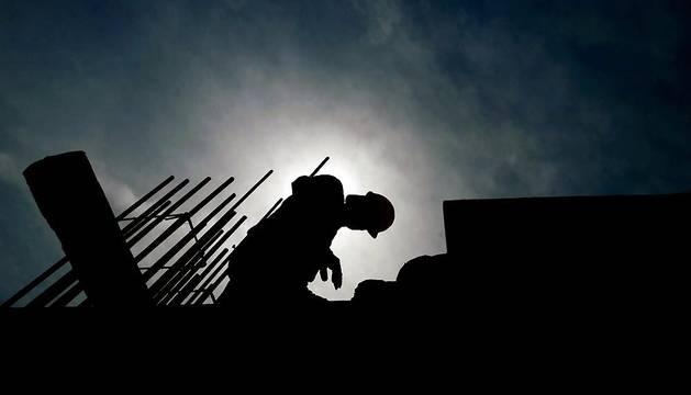 Un albañil trabaja en un edificio en construcción.