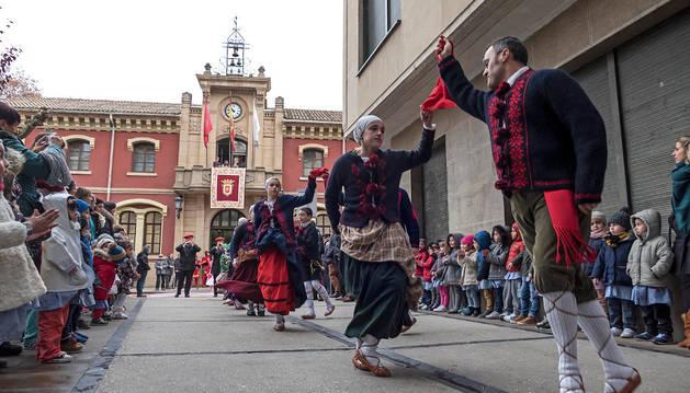Imagen de las parejas de danzaris,  en los primeros compases de su baile tras salir del ayuntamiento para escoltar a la Corporación.