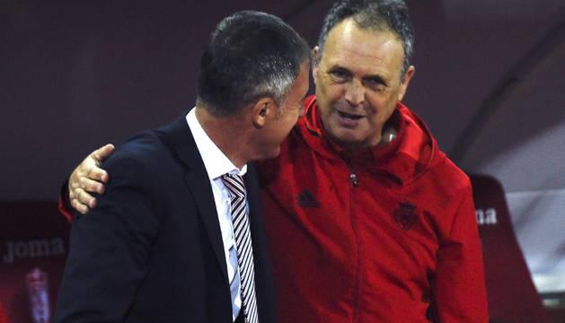Joaquín Caparrós saluda a Lucas Álcaraz, entrenador del Granada.