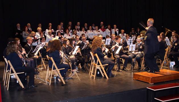 Imagen del instante de la actuación conjunta de la Banda de Música y Coral de Cascante durante el concierto en honor a Santa Cecilia.