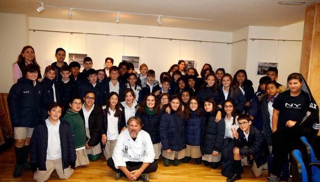 Imagen de los alumnos del colegio La Anunciata, junto al cocinero Santiago Cordón (sentado) en el taller.
