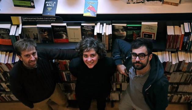 De izquierda a derecha, Imanol Miramón, Nerea Fillat y Hedoi Etxarte, en la librería Katakrak.