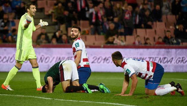 Imagen del portero del Osasuna Mario (i) se queja durante el partido de ida de los dieciseisavos de final de la Copa del Rey que Granada y Osasuna disputan esta noche en el estadio Nuevo Los Cármenes, en Granada.