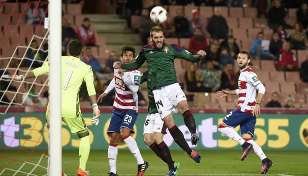 Mario, atento a un balón que despeja el centrocampista de Osasuna, Fausto Tienza (c), ante el delantero del Granada, Alberto Bueno (2i).