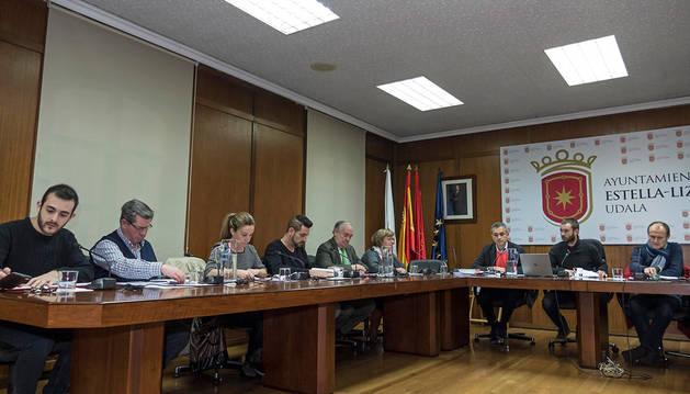 Desde la izquierda, ediles del PSN, UPN y el alcalde Leoz junto al nuevo secretario, José Luis Navarro.