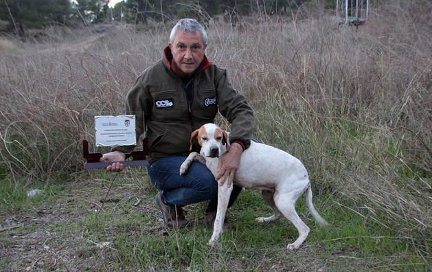 Eusebio Pejenaute, junto a su perra Laya y el trofeo de campeón.
