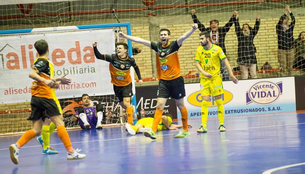 Luisma celebra con las manos en alto un gol ante Jaén.