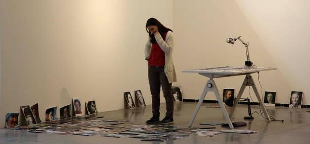 Estitxu Arroyo trabaja con rostros recortados de revistas con los que investiga en su proyecto del Centro Huarte.