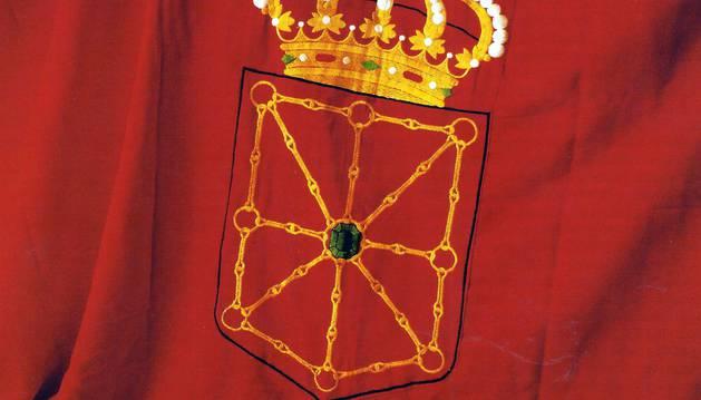Aunque la bandera de Navarra se hizo oficial en 1910, tiene su origen en el siglo XVI. En 1558, soldados navarros atacaron San Juan de Luz con una bandera roja con el escudo, que dos años antes había sido la usada en la proclamación de Felipe II como rey