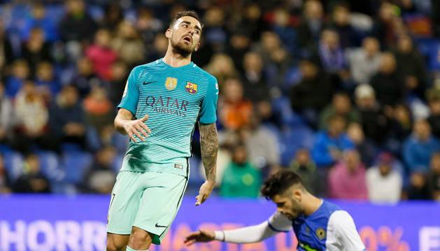 Paco Alcácer, delantero del Barcelona, se lamenta frente a un jugador del Hércules.