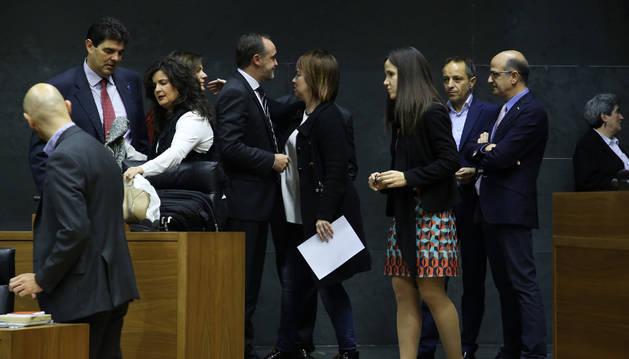 Imagen de la presidenta del Parlamento, Ainhoa Aznárez, da el pésame a miembros de UPN por el fallecimiento de su compañero Julián Isla.
