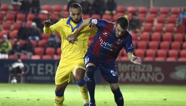 El defensa serbio del Huesca Rajko Brezancic (d) disputa un balón con el centrocampista marroquí Nabil El Zhar (i), de Las Palmas, durante el partido frente de ida de dieciseisavos de final de la Copa del Rey que se juega hoy en campo de El Alcoraz, de Hu