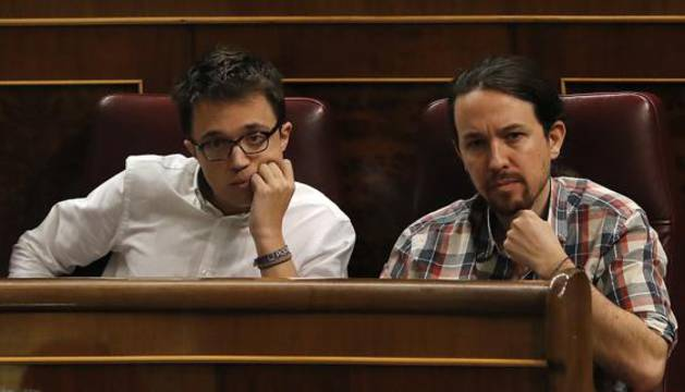 El líder y el portavoz parlamentario de Podemos, Pablo Iglesias (d) e Íñigo Errejón (i).
