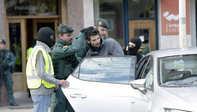 La guardia civil saca al presunto yihadista detenido en Irún.