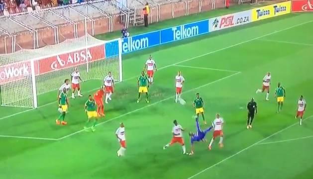 El portero Oscarine Masuluke marca de chilena el empate en el minuto 96.