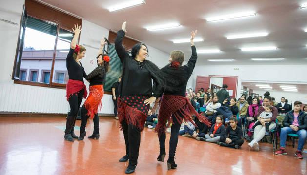 Imagen de un grupo de mujeres gitanas baila ante el público asistente al festival organizado por la Romaní.