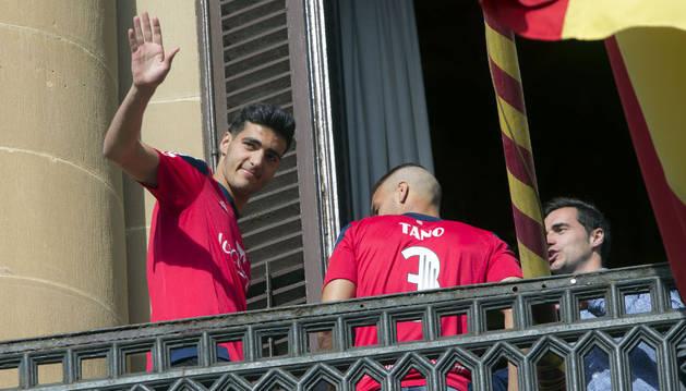 Mikel Merino saluda desde el balcón del Gobierno de Navarra tras el ascenso a Primera.
